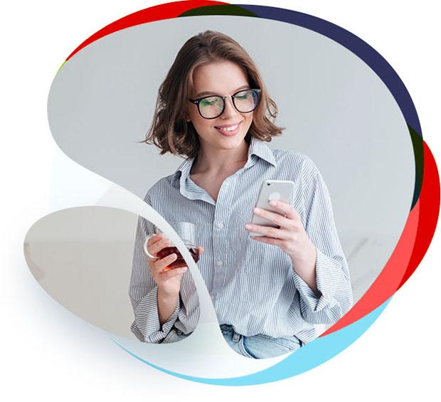 Frau schaut auf Mobil optimiertes Webdesign